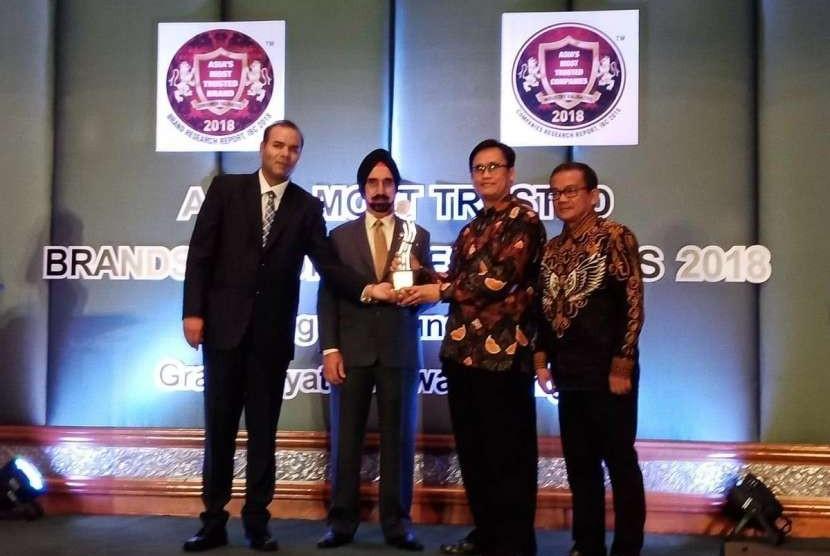 PT Bukit Asam (PTBA) Tbk meraih penghargaaan Asia's Most Trusted Company 2017 untuk kategori Coal Mining Company di Asia dari IBC (International Brand Consulting Corporation) yang diserahkan CEO IBC InfoMedia Pvt. Ltd (India) Hemant Kaushik kepada SM Pemasaran Domestik dan Distribusi PTBA Biverli Binanga pada Awards Ceremony and Gala Dinner di Hotel Grand Hyatt, Bangkok, Ahad (26/8).