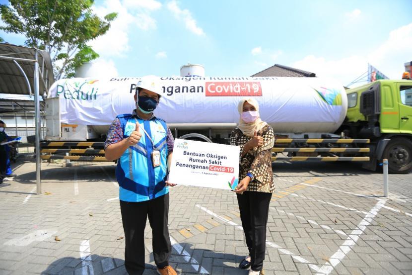 PT PLN (Persero) melalui program tanggung jawab sosial lingkungan (TJSL) PLN Peduli menyalurkan bantuan 12 ton oksigen ke RSPAL Dr Ramelan Surabaya dan RSU Anwar Medika Krian, Sidoarjo, Jawa Timur pada Kamis (5/8).