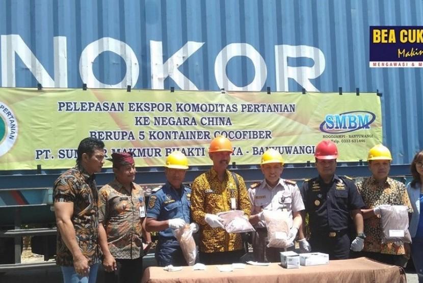 PT Sumber Makmur Bakti Mulia didukung oleh Kementerian Pertanian melalui Badan Karantina Pertanian mengekspor 95 ton serabut kelapa ke China.