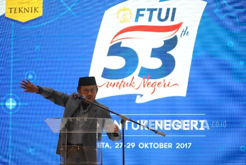 Pulang. Presiden Ke-3 RI, Prof Dr-Ing BJ Habibie pulang usai di berikan penganugrahan di acara 53 FTUI Untuk Negri di Gandaria City, Jakarta, Sabtu (28/10).