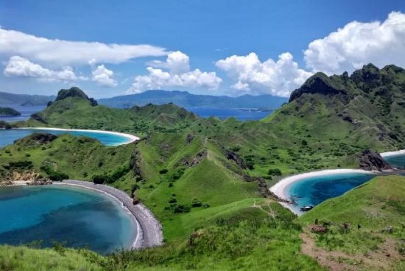 Melihat 'Surga Cantik' dari Puncak Pulau Padar | Republika Online