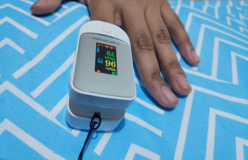 Pulse oximeter menjadi alat yang direkomendasikan ada di rumah semasa pandemi Covid-19.