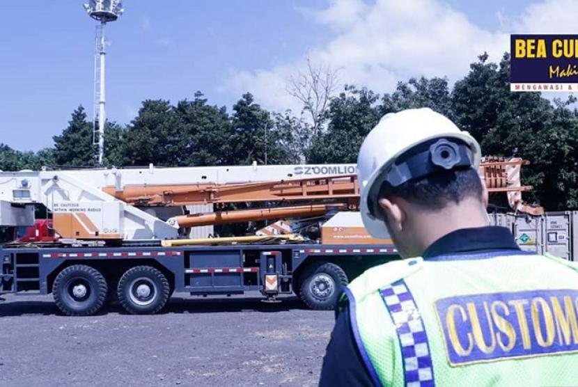 Puluhan alat utama sistem senjata (alutsista) tiba di Pelabuhan Tanjungwangi, Banyuwangi pada Jumat (9/8) lalu.