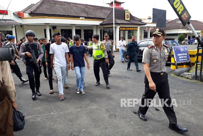 Puluhan anggota berandalan bermotor diamankan Polres Sukabumi Kota dan diperlihatkan ke masyarakat Ahad (11/3).