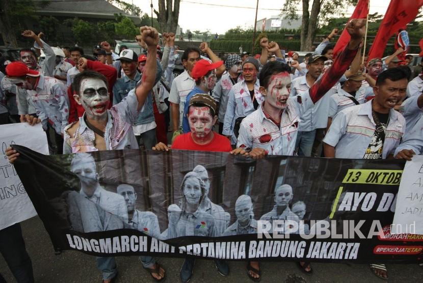 Ratusan awak tanki Pertamina berpenampilan seperti zombi menggelar aksi menuntut pembatalan PHK di depan Gedung Sate, Kota Bandung, sebelum melakukan longmarch ke Jakarta, Jumat (13/10).