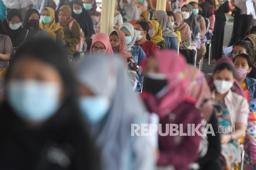 Puluhan ibu hamil mengantre ketika mengikuti vaksinasi COVID-19 untuk ibu hamil di Surabaya, Jawa Timur, Kamis (16/9/2021). Vaksinasi COVID-19 untuk ibu hamil tersebut menargetkan sedikitnya 1.200 ibu hamil untuk divaksin.