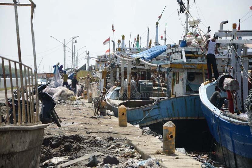 Puluhan kapal nelayan ditambatkan di Pantai Glayem, Kabupaten Indramayu. Mereka tidak berani melaut, karena konsdisi angin kencang yang menyebabkan gelombang tinggi (Ilustrasi)