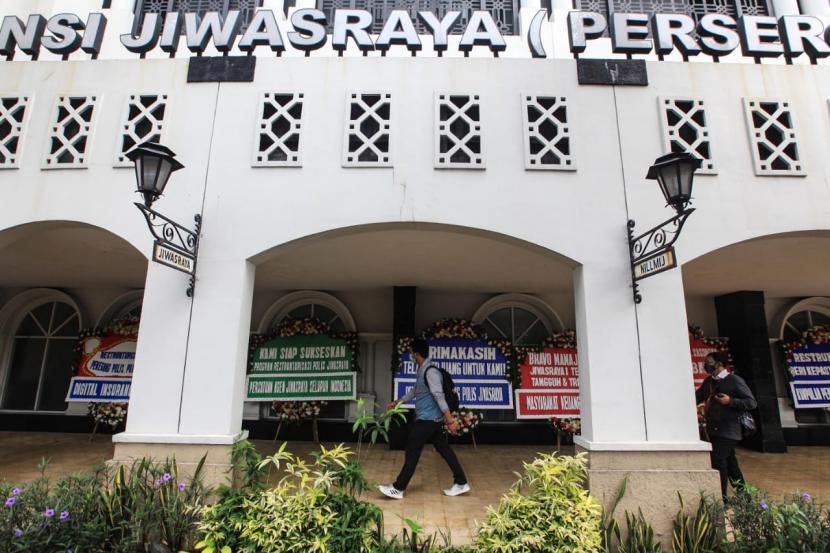 Puluhan karangan bunga berisi dukungan terhadap program restrukturisasi polis Jiwasraya memadati teras gedung Kantor Pusat Jiwasraya di Jalan Juanda Nomor 34, Jakarta Pusat, Selasa (15/12).