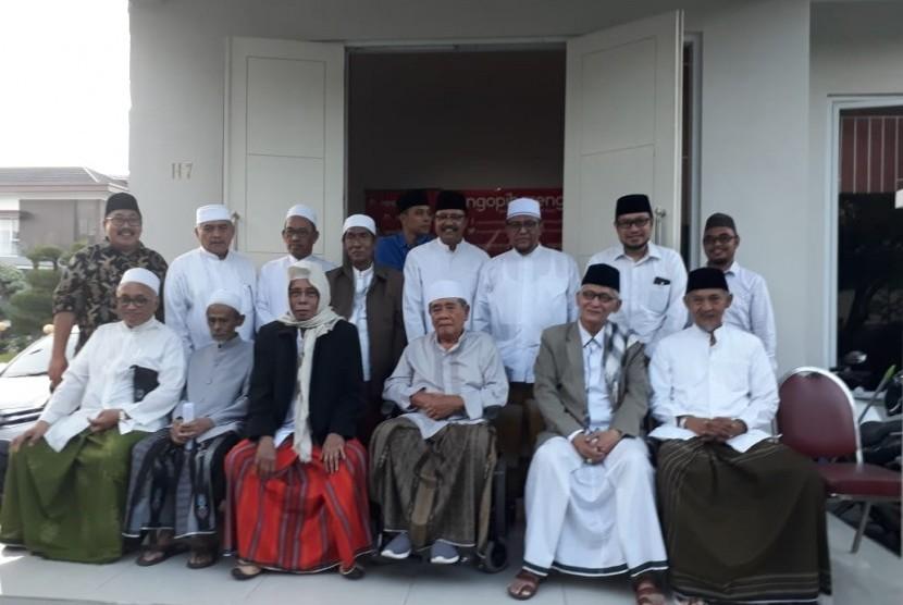 Puluhan Kiai Sepuh se-Jawa Timur berkumpul di Rumah Ketua PBNU Saifullah Yusuf (Gus Ipul) di perumahan The Gayungsari, Surabaya, Jumat (19/4). Mereka bertemu untuk menyikapi dinamika politik setelah digelarnya pemilihan presiden dan pemilihan legislatif 2019.