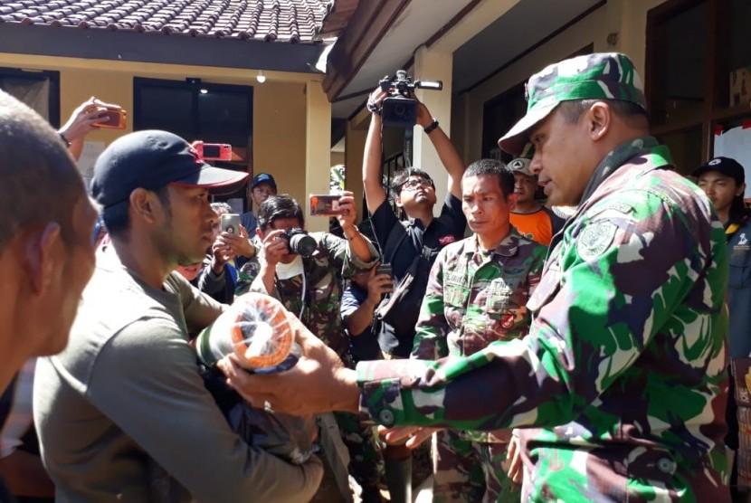Puluhan korban longsor di Desa Sirna Resmi Kecamatan Cisolok Kabupaten Sukabumi mendapatkan bantuan paket sembako dan peralatan lainnya Jumat (4/1). Bantuan berasal dari bantuan warga dan instansi pemeritah maupun swasta.