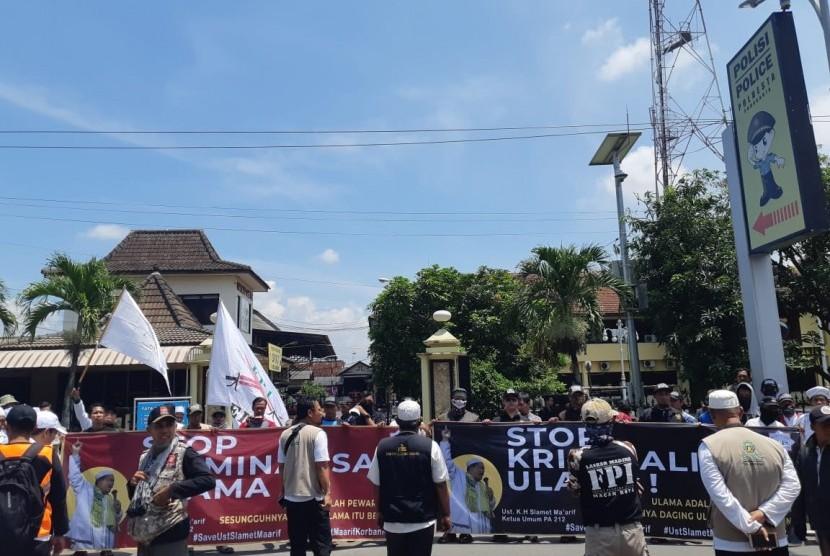 Puluhan massa dari Laskar Umat Islam Kota Solo (LUIS) dan perwakilan berbagai wilayah di Jawa Tengah berkumpul di depan Markas Polresta Solo, Rabu (13/2) pukul 10.00-11.00 WIB. Mereka melakukan aksi bela Islam menuntut pembebasan Ketua Persaudaraan Alumni (PA) 212 Slamet Maarif yang telah ditetapkan sebagai tersangka dugaan pelanggaran UU Pemilu.