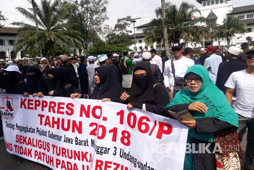 Puluhan massa yang berasal dari Gerakan Masyarakat Peduli Konstitusi Jabar menggelar aksi unjuk rasa menolak Pengangkatan Komjen Pol Muhamad Iriawan menjadi Penjabat Gubernur Jabar di Halaman Gedung Sate, Jumat (22/6).