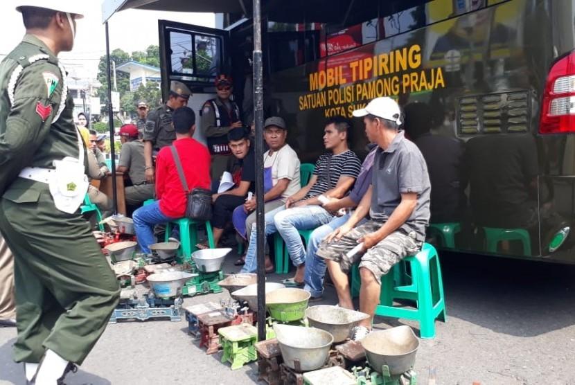 Puluhan pedagang kaki lima (PKL) di Kota Sukabumi menjalani sidang tipiring karena berjualan di tempat terlarang seperti trotoar dan badan jalan Kamis (25/10).
