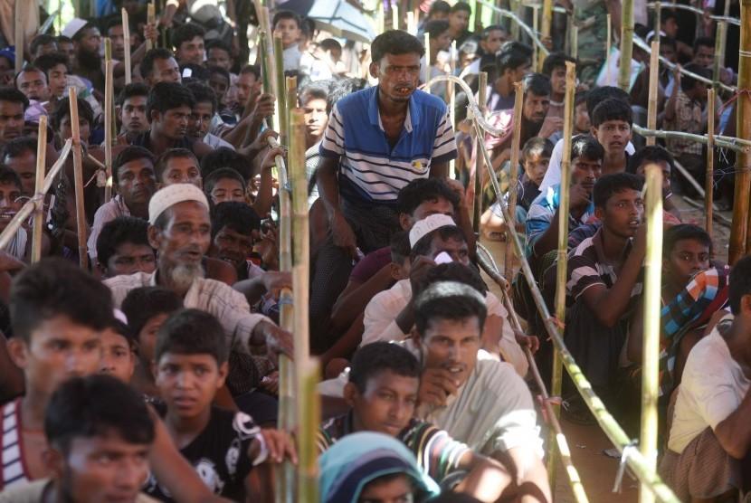 Puluhan pengungsi rohingya antri untuk mengambil bantuan di Kamp Pengungsian Jamtoli, Cox Bazar, Bangladesh, Minggu (1/10).