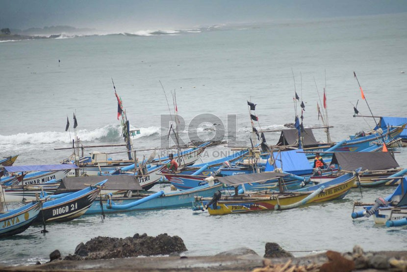 Puluhan perahu nelayan ditambatkan di Pantai Jayanti, Kecamatan Cidaun, Kabupaten Cianjur, Sabtu (13/1).   (Republika/Edi Yusuf)