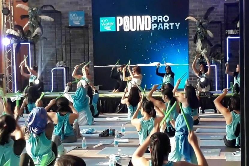Puluhan Pound Pro atau instruktur olahraga Pound Fit dari sejumlah kota di Indonesia mengikuti acara gathering Ion Water Pound Pro Party.