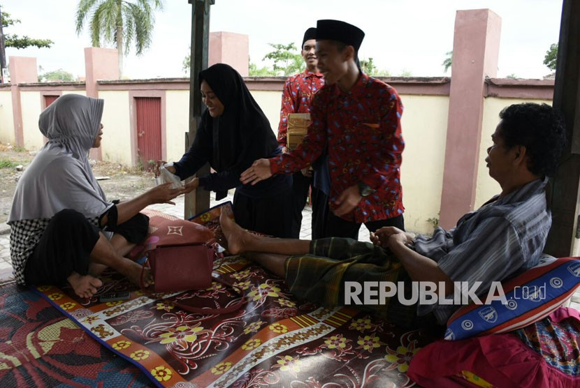 Puluhan remaja dari Balai Sosial Bina Remaja (BSBR) Karya Mandiri di Desa Bengkel, Kecamatan Labuapi, Kabupaten Lombok Barat, Nusa Tenggara Barat (NTB) berbagi takjil kepada keluarga pasien di RSUP NTB pada Kamis (7/6).