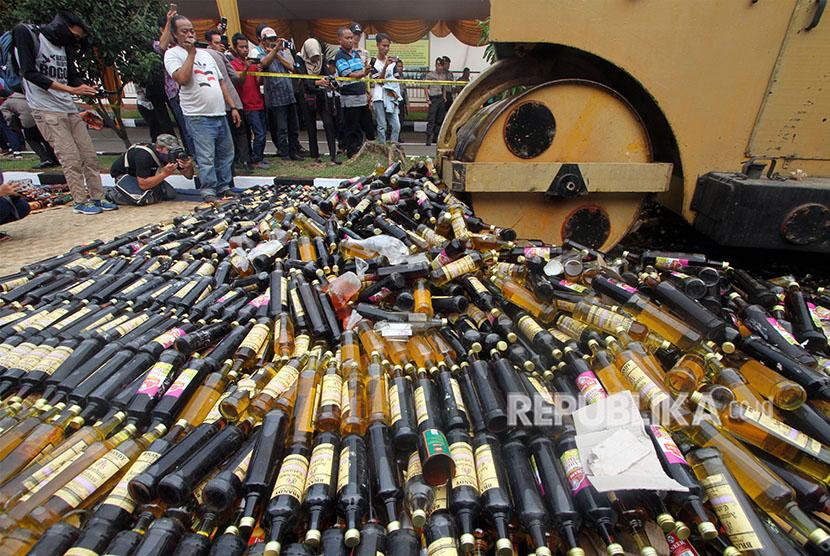 Puluhan ribu botol yang berisi minuman keras (miras) dari berbagai merk ilegal atau oplosan dimusnahkan.