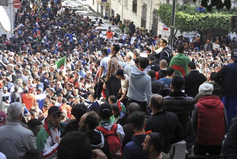 Puluhan ribu pengunjuk rasa berpawai di sejumlah kota di Aljazair pada Ahad menuntut Presiden Abdelaziz Bouteflika mundur, Ahad.