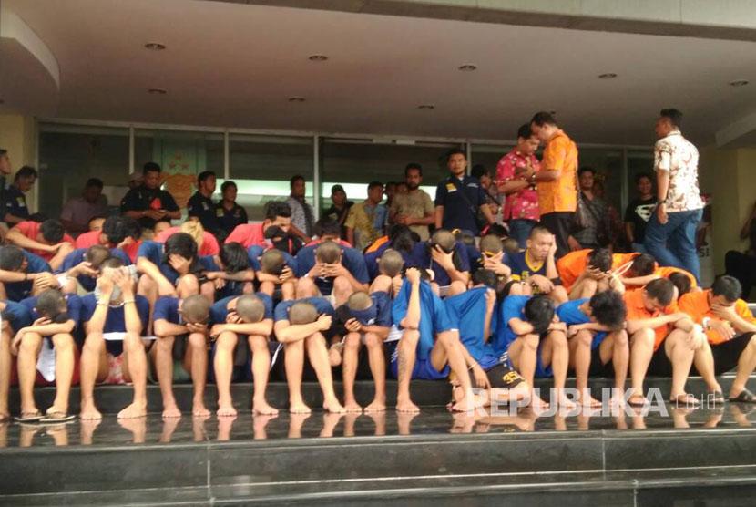 Puluhan tersangka dihadirkan saat rilis hasil operasi cipta kondisi terkait geng motor di Polda Metro Jaya, Jakarta, Jumat (2/6).