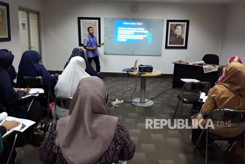 Puluhan ustazah ikut pelatihan jurnalistik di Kantor Harian Republika, Sabtu (21/4).