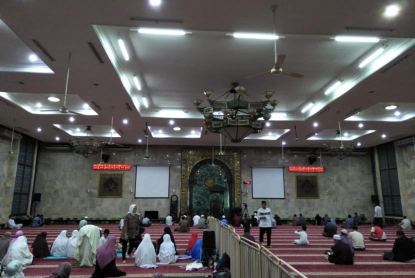 Puluhan warga tiba di Masjid Agung Sunda Kelapa untuk melakukan takbir bersama, Kamis (14/6).