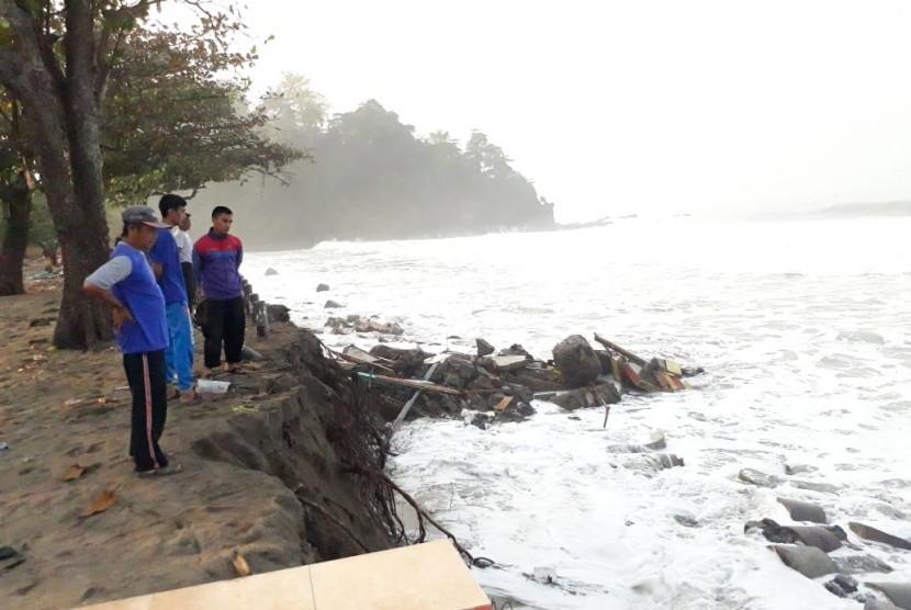 Ilustrasi gelombang tinggi di pantai di Kabupaten Sukabumi, Jawa Barat.