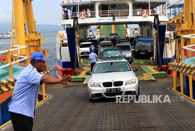 Puncak Arus Mudik Nyepi. Petugas menandu kendaraan keluar dari kapal di Pelabuhan Ketapang, Banyuwangi, Jawa Timur, Rabu (6/3/2019).