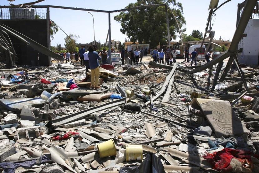 Pusat penahanan migran di Tajoura, di timur Tripoli, Libya hancur karena serangan udara, Rabu (3/7).