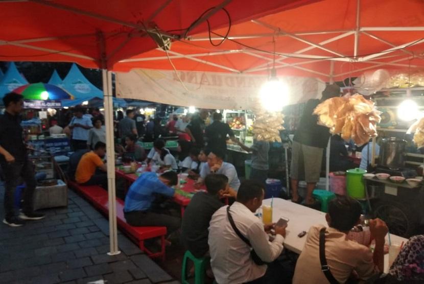 Pusat takjil di luar pelataran Masjid Sunda Kelapa, Jakarta