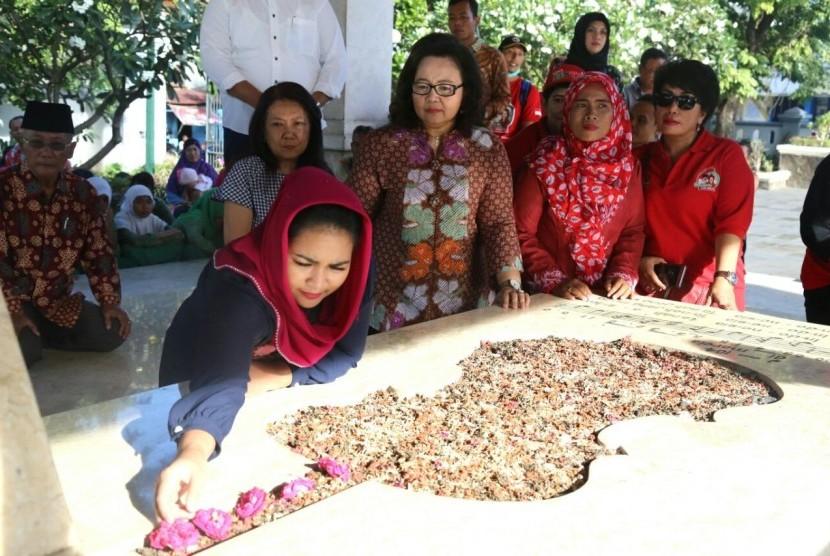 Puti Guntur Soekarno berziarah ke makam WR Soepratman