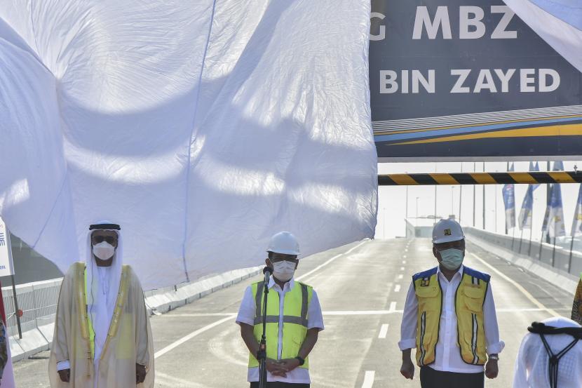 Putra Mahkota Abu Dhabi Sheikh Mohamed Bin Zayed (kiri) bersama Menteri Sekretaris Negara Pratikno (tengah) dan Menteri PUPR Basuki Hadimuljono (kanan) menghadiri peresmian pergantian nama tol Jakarta-Cikampek II layang di Bekasi, Jawa Barat, Senin (12/4/2021). Tol layang Japek resmi berubah nama menjadi Jalan Layang MBZ (Mohamed Bin Zayed).