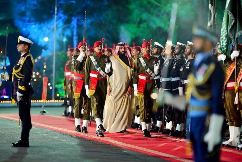 Putra mahkota Arab Saudi Pangeran Mohammed bin Salman (tengah) dalam kunjungannya ke Islamabad, Pakistan, Ahad (17/1).
