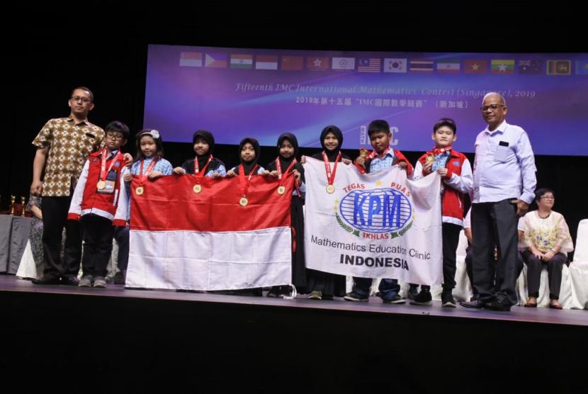 Putra-putri Indonesia yang tergabung dalam tim Klinik Pendidikan MIPA (KPM) mengukir prestasi cemerlang pada ajang International Mathematics Contest Singapore (IMCS) 2019