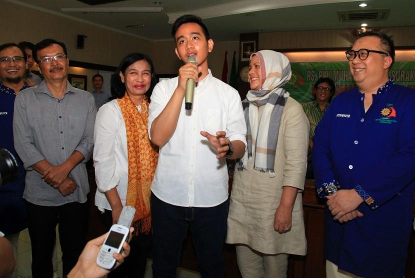 Putra sulung Presiden Joko Widodo, Gibran Rakabuming Raka (ketiga kanan) didampingi Ibu Negara, Iriana Joko Widodo (kedua kanan) serta tim dokter Rumah Sakit PKU Muhammadiyah Solo memberikan keterangan pers mengenai kelahiran cucu pertama keluarga Presiden