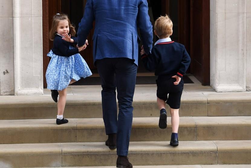 Putri Charlotte melambaikan tangannya sembari digandeng Pangeran William serta Pangeran George.
