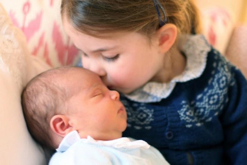 Putri Charlotte mencium adiknya, Pangeran Louis.