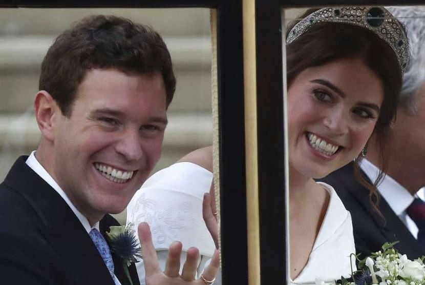 Putri Eugenie dari York dan suaminya Jack Brooksbank usai upacara pernikahan di St George's Chapel, Windsor Castle, Inggris, Jumat (12/10).