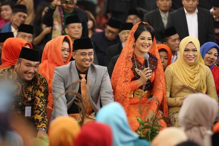Putri Presiden Joko Widodo, Kahiyang Ayu (kedua kanan) bersama suaminya Bobby Afif Nasution mengikuti ritual adat Mangalo-alo Mora pada ngunduh mantu resepsi pernikahannya di Medan, Sumatera Utara, Jumat (24/11).