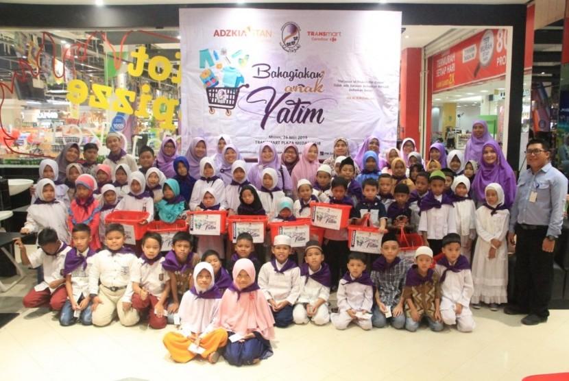 PW Salimah Sumut bekerja sama dengan Bimbingan Belajar Adzkia STAN  mengadakan acara belanja bersama anak yatim. Acara bertajuk Bahagiakan Anak Yatim ini dilaksanakan di Transmart Plaza Medan Fair pada Ahad (26/5).