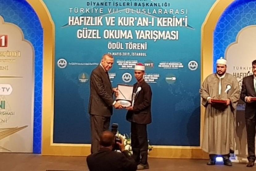 Qari NTB Syamsuri Firdaus bersalaman dengan Erdogan