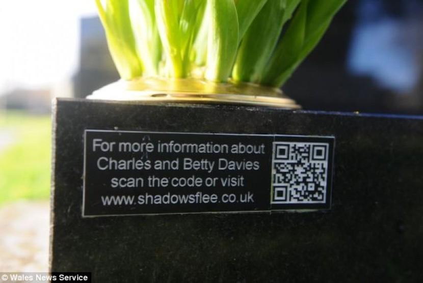 QR barcode yang ditempatkan di makam