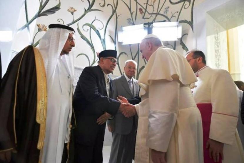 Quraish Shihab berjabat tengan dengan Paus Fransiskus