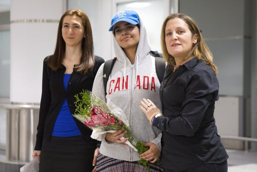 Rahaf Mohammed Alqunun (tengah) bersama Menlu Kanada Chrystia Freeland (kanan) saat tiba di Toronto Pearson International Airport, Sabtu (12/1).