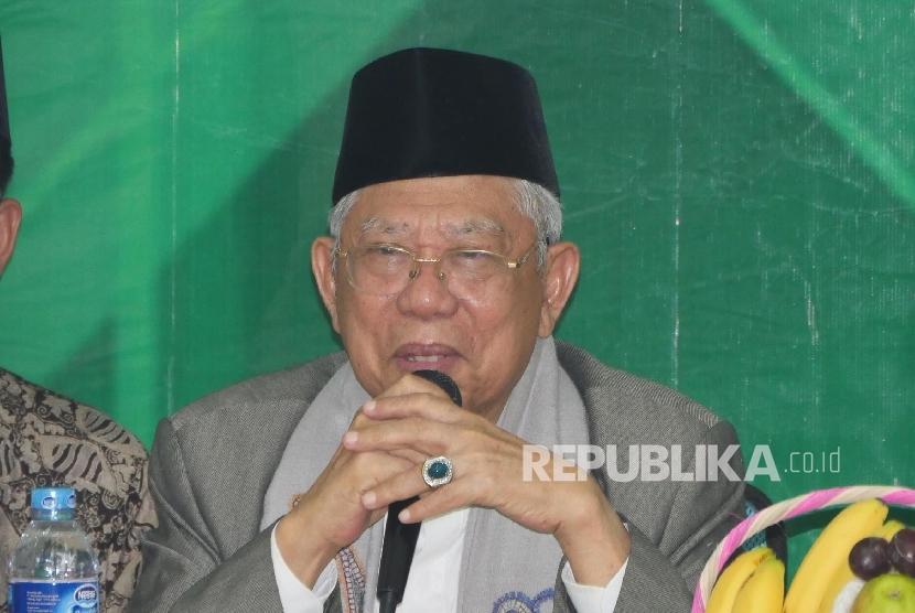 Ketua Umum MUI, KH Ma'ruf Amin (tengah)