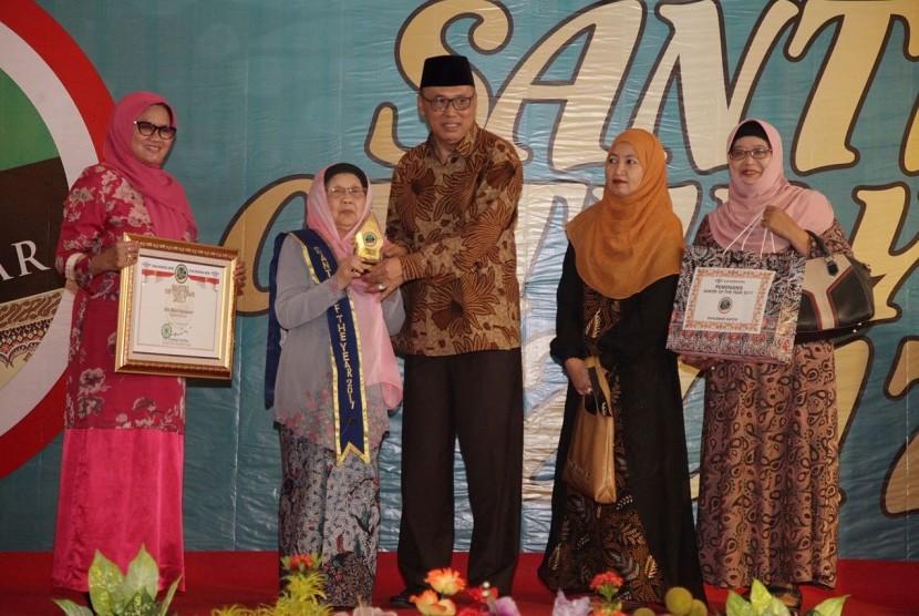 Rais Syuriah PBNU KH Asad Ali menyerahkan penghargaan ke ibu Nyai Hj Muchasonah, keluarga besar KH Bisri Syansyuri sebagai Pahlawan Santri dalam ajang Santri of The Year 2017.