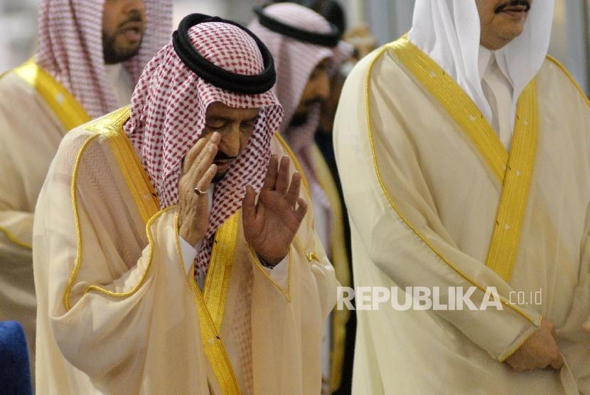 Raja Arab Saudi, Raja Salman bin Abdul Aziz Al Saud menunaikan shalat tahiyatul masjid di Istiqlal, Jakarta, Kamis (2/3).