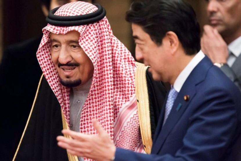 Raja Arab Saudi Salman bin Abdul Aziz al Saud dan Perdana Menteri Jepang Shinzo Abe.