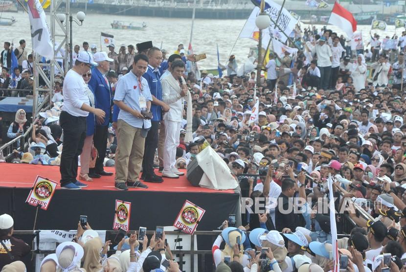 Raja dangdut Rhoma Irama bersama perwakilan Partai Amanat Nasional (PAN) menyapa pendukung dan simpatisan pada Kampanye akbar Calon Presiden nomer urut 02 Prabowo Subianto di Palembang, Sumsel, Selasa (9/4/2019).