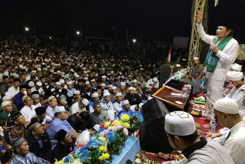 Raja Dangdut Rhoma Irama menemui ribuan penggemarnya di Jember dalam peringatan Maulid Nabi di Lapangan Sukowono, Ahad (3/2).